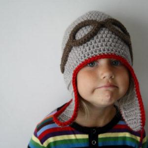 heegeldatud talvemüts lenduri prillidega