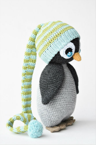 amigurumi penguin with a pompom hat (3)